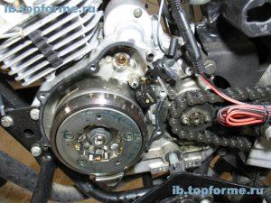 Bajaj Boxer вид двигателя со без левой крышки и привода электростартера
