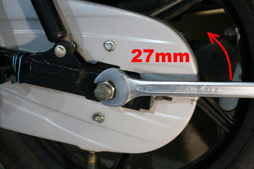 На Bajaj Boxer левая гайка колеса требует ключ на 27 мм. Резьба нормальная, левая.