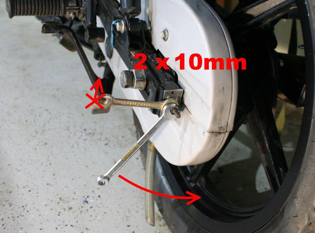 Расконтривание левой регулировочной гайки цепи Bajaj Boxer