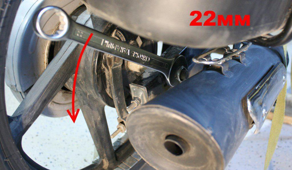 На Bajaj Boxer правая гайка колеса требует ключ на 22 мм. Резьба нормальная, левая.